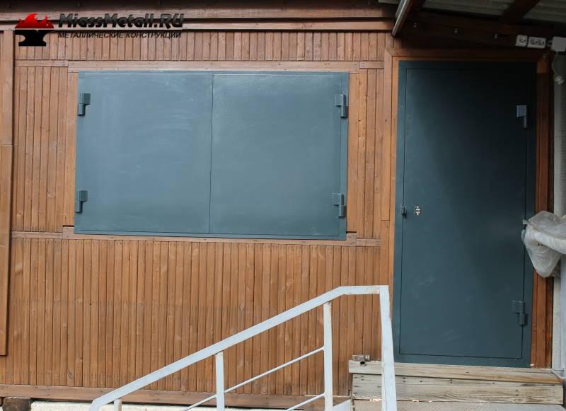металлические двери ставни на даче